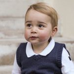 ジョージ王子、3歳の誕生日に犬にアレを食べさせ炎上ww「動物虐待」「刑務所にほうり込むべき」【画像あり】