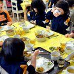 【愕然】中学校の給食、アレが原因で生徒が病院送りに・・・