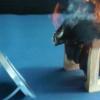 【恐怖】女さん「なんか煙たい…足首熱いし火薬臭い?気になるし起きるか」→ 結果・・・(画像あり)