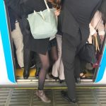 【驚愕】満員電車のカバン、どう持てばいいの?→ 逆転の発想が生んだ「秘策」がこちらwwwwwwww