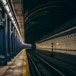 【恐怖】ホームから線路内へ2人組が→ トンネル内を点検した結果…(※リンク先に動画あり)