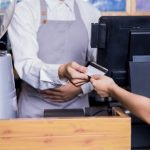 """【狂気】コンビニ店員「レジ袋は有料です」→ 次の瞬間、客から耳を疑う""""ひと言""""が…"""